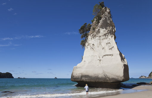 New Zealand, Coromandel Peninsula, Cathedral Cove, tourist at Te Hoho Rock - GWF002439