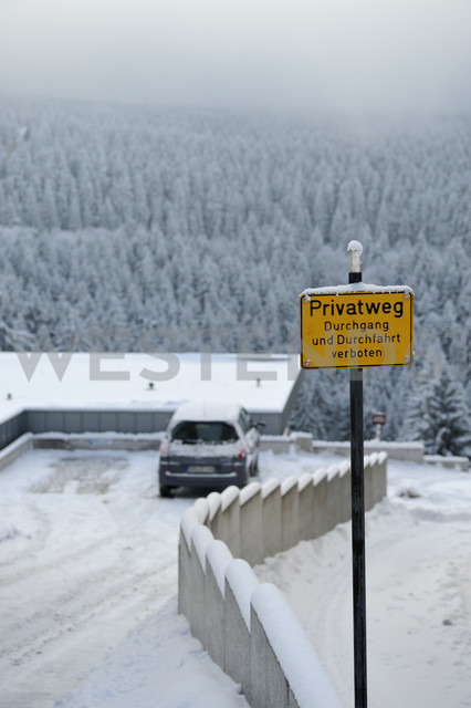 Germany, Thurinigia, Oberhof, Sign at private road in winter - BR000021