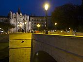 Spain, Burgos, Arco de Santa Maria at night - LA000352