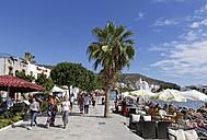 Turkey, Bodrum, Waterfront promenade at Kumbahce Bay - SIE004910