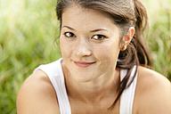 Portrait of smiling woman, close-up - CvKF000015