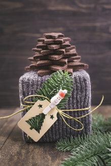 Christmas gift wrapped in knitted gift wrap with a Christmas tree made of chocolate sugar cookies - ECF000412