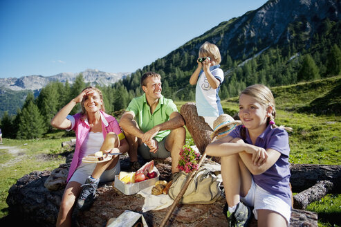 Austria, Salzburg State, Altenmarkt-Zauchensee, family with to children having a picnic - HHF004727
