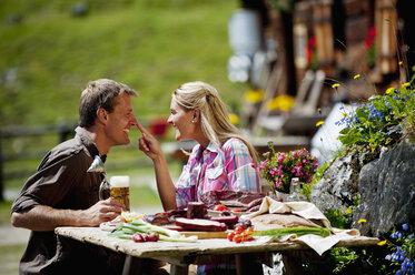 Austria, Salzburg State, Altenmarkt-Zauchensee, couple having an alpine picnic - HHF004731