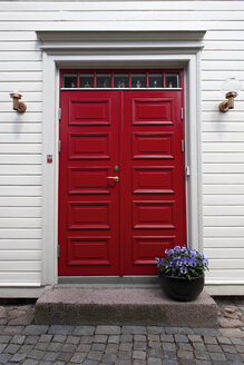 Sweden, Ronneby, red entry door of typical wooden detached house - VI000212