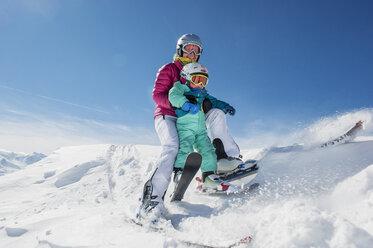 Austria, Salzburg Country, Altenmarkt-Zauchensee, Family skiing in mountains - HHF004651