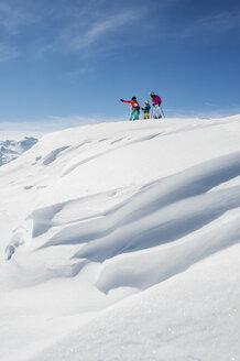 Austria, Salzburg Country, Altenmarkt-Zauchensee, Family skiing in mountains - HHF004649