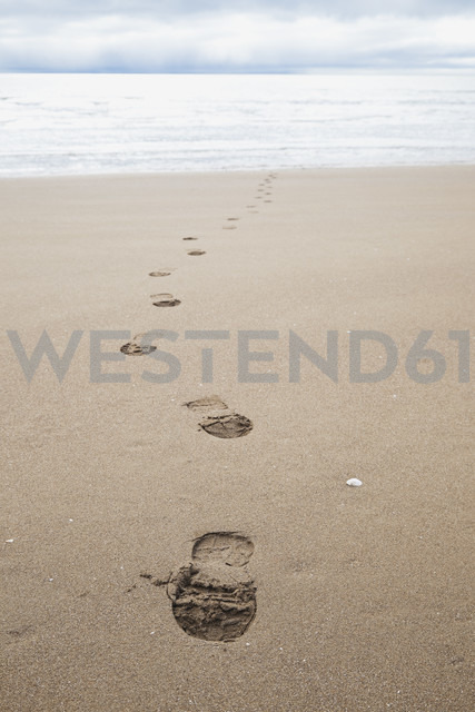 New Zealand, Coromandel Peninsula, foot traces on beach - GWF002434