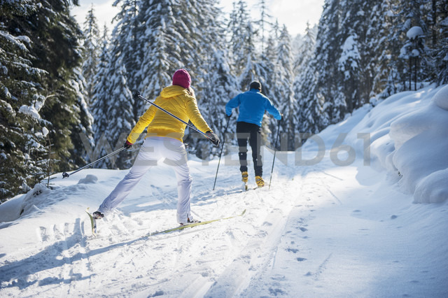 Austria, Salzburg Country, Altenmarkt-Zauchensee, Young couple cross-country skiing - HHF004658