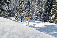 Austria, Salzburg Country, Altenmarkt-Zauchensee, Young couple cross-country skiing - HHF004660