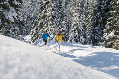 Austria, Salzburg Country, Altenmarkt-Zauchensee, Young couple cross-country skiing - HHF004660
