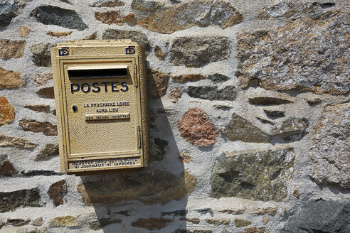 France, Bretagne, Mailbox at stone wall - BI000234