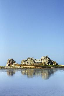 France, Bretagne, Plougrescant, House between rocks - BIF000239