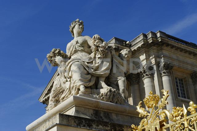 France, Region Île-de-France,  Departement Yvelines, female statue at Palace of Versailles - LB000450 - Lisa und Wilfried Bahnmüller/Westend61