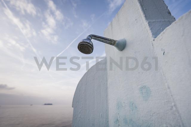 Croatia, Istria, Vrsar, shower at seaside - KJF000287