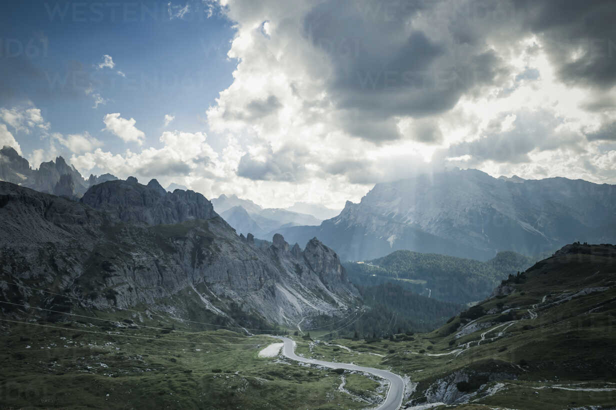Italy, Province of Belluno, Veneto, Auronzo di Cadore, mountain road at Tre Cime di Lavaredo - MJF000462 - Jana Mänz/Westend61