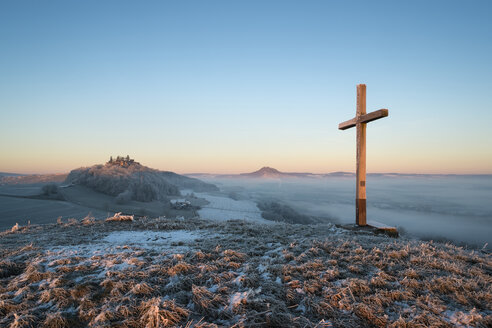 Germany, Baden-Wuerttemberg, Konstanz district, summit cross, winter morning in Hegau with Maegdeberg left and Hohenhewen on the horizon - ELF000756