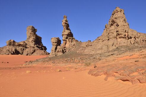 Algeria, Sahara, Tassili N'Ajjer National Park, Tassili Tadrart, rocks and dunes at the cirque - ES000862