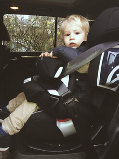 Toddler sitting in childrens car seat - MFF000707