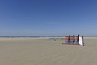 France, Bretagne, Finistere, windbreak at beach - LA000459