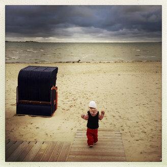 Girl, Foehr Island, North Sea, beach, Schleswig-Holstein, Germany - GSF000601