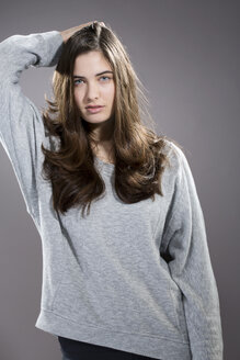 Portrait of serious looking young woman, studio shot - MAEF007614