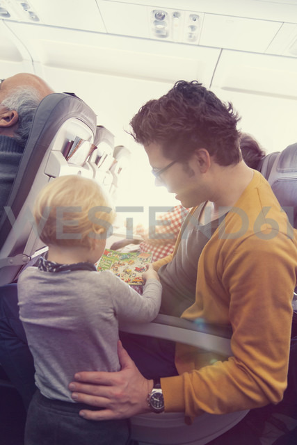 Father with son in airplane - MF000723 - Mareen Fischinger/Westend61
