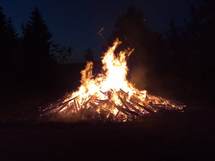 Germany, Near Nennslingen, traditional fire at solstice celebrations - SRSF000440