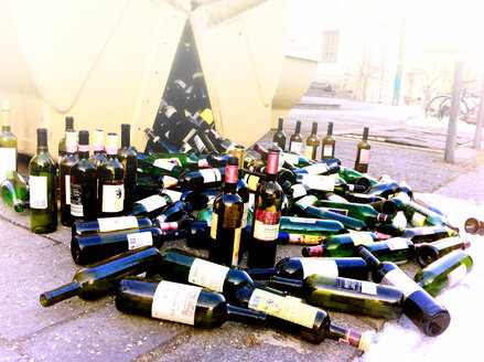 Glass dumpster, overflowing with bottles, Munich, Germany - SRSF000452