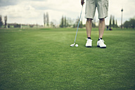 Germany, Duesseldorf, man golfing - MFF000735