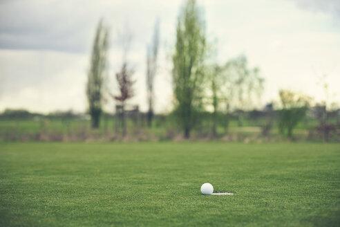 Germany, Duesseldorf, golf ball - MFF000738
