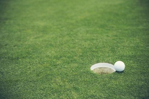 Germany, Duesseldorf, golf ball - MFF000739
