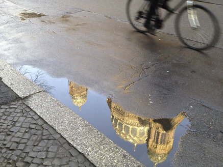 Biker and puddle reflection of New Synagogue at Oranienburger Strasse, Berlin, Germany - ZMF000080