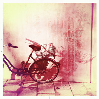 Bicycle with shopping bag, Munich, Bavaria, Germany - GSF000637