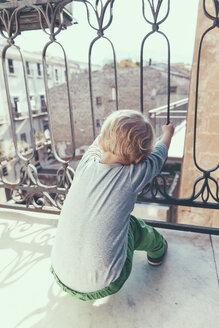 Italy, Sicily, Palermo, Blond boy on balcony - MFF000745