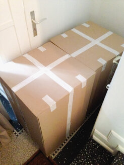 Giant delivery boxes at home - MEAF000055