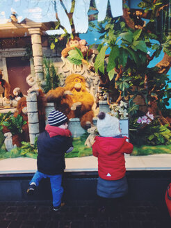 Two children leaning at shopping window with stuffed animal display, Bonn, NRW, Germany - MEA000030