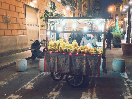 Man selling Sicilian lemons in the street, Palermo, Sicily, Italy - MEA000100