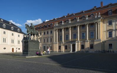 Germany, Thuringia, Weimar, Platz der Demokratie, Carl-August-Memorial and princely house, Music College Franz Liszt, left Anna Amalia Library - HWOF000082