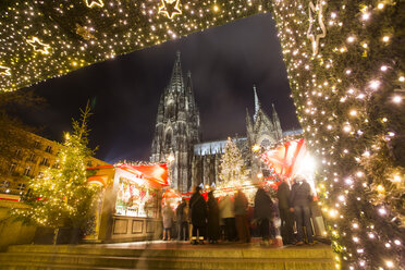 Germany, North Rhine-Westphalia, Cologne, Christmas market at Cologne Cathedral by night - JAT000576