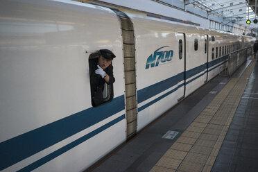 Japan, train conductor checking platform in a N700 Nozomi Shinkansen - FL000351