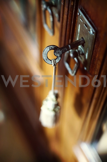 Door lock and key of an antique wardrobe - HOHF000354 - Fotomaschinist/Westend61