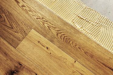 Laying finished oak parquet flooring, close-up - BIF000299