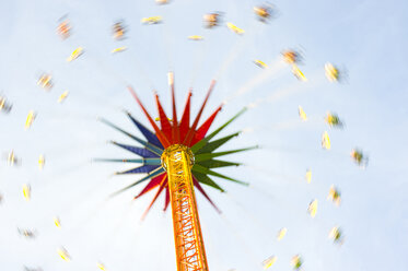 Germany, Bavaria, Munich, chairoplane at Oktoberfest, view from below - LB000511