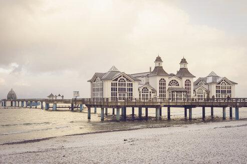 Germany, Mecklenburg-Western Pomerania, Ruegen, Sea Bridge Sellin  in winter - MJ000579