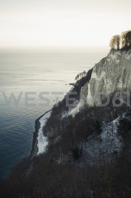 Germany, Mecklenburg-Western Pomerania, Ruegen, Jasmund National Park in winter - MJF000709 - Jana Mänz/Westend61