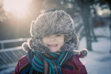 Smiling boy outdoors in winter, portrait - MJF000706