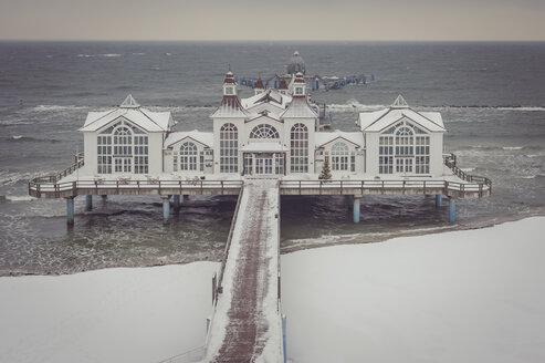 Germany, Mecklenburg-Western Pomerania, Ruegen, Sea Bridge Sellin  in winter - MJ000627
