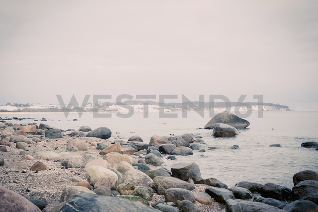 Germany, Mecklenburg-Western Pomerania, Ruegen, Stone beach in winter - MJF000682 - Jana Mänz/Westend61