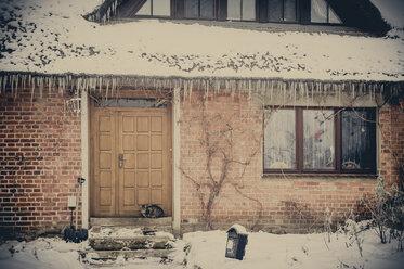 Germany, Mecklenburg-Western Pomerania, Ruegen, House in winter - MJ000671